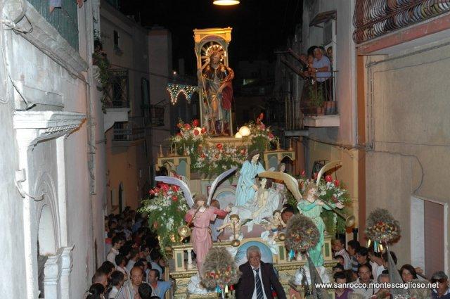 San Rocco per le vie di Montescaglioso portato sul carro trionfale