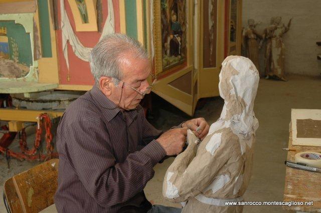 Il Maestro Pentasuglia mentre lavora al carro trionfale di San Rocco